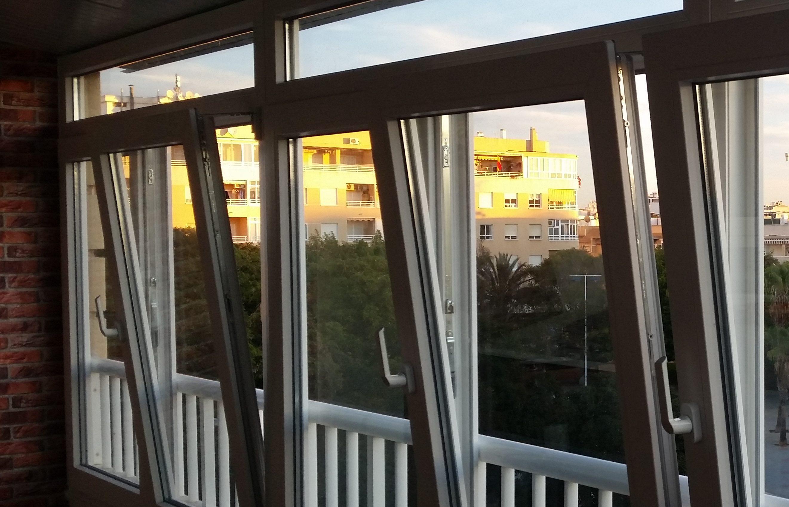 [:es]Cerramiento de balcón con vistas al patio[:en]Balcony enclosure with backyard sights[:]