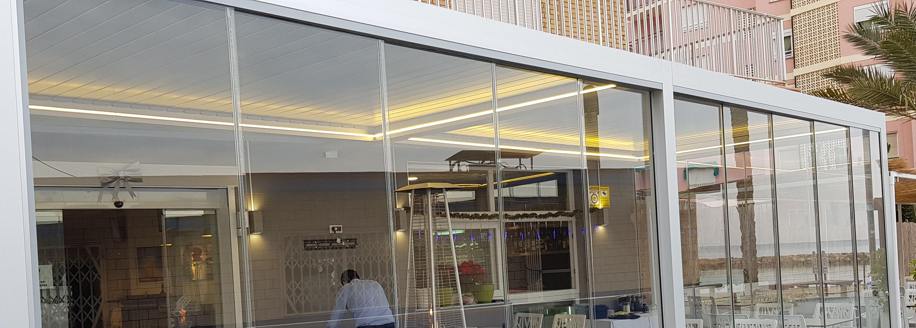 [:es]Cerramiento de terraza para Restaurante en el Paseo Marítimo[:en]Restaurant's terrace enclosure in Paseo Marítimo[:]